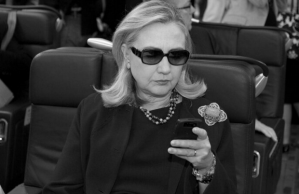 Hillary-Clinton-Sunglasses-Phone-Twitter-Profile-620x402